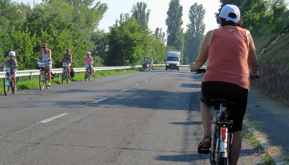 Biciklisek a 71-es főút balatonszepezdi szakaszán