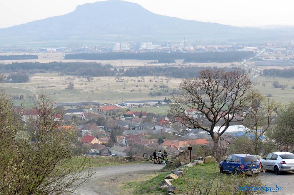 Haláp-hegy - Alkonyi kép szoborparktól a parkoló részletével, biciklit szerelő gyerekekkel, Zalahaláppal, Tapolcával és a Szent György-heggyel
