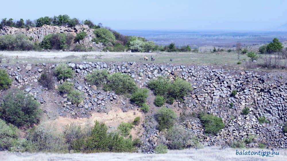 A bányaudvar északi falának részlete kirándulókkal