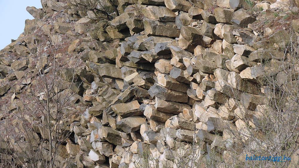 Fekvő kőzsákok - A vízszintesen megdermedt lávafolyam keresztmetszeti képe a bányaudvar oldalában