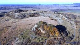 A Haláp-hegy felső része a csúccsal és a hegA Haláp-hegy felső része a megmaradt csúccsal és a hegy kibányászott közepével délnyugati iránybóly kibányászott közepével