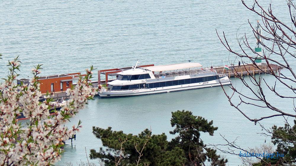 A hajóállomás a szombat óta menetrend szerint közlekedő Szigliget motorossal,