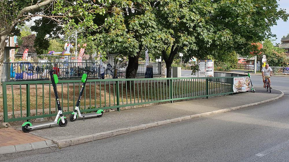 Lime rollerek az Endrődi utca sarkán Alsóörson