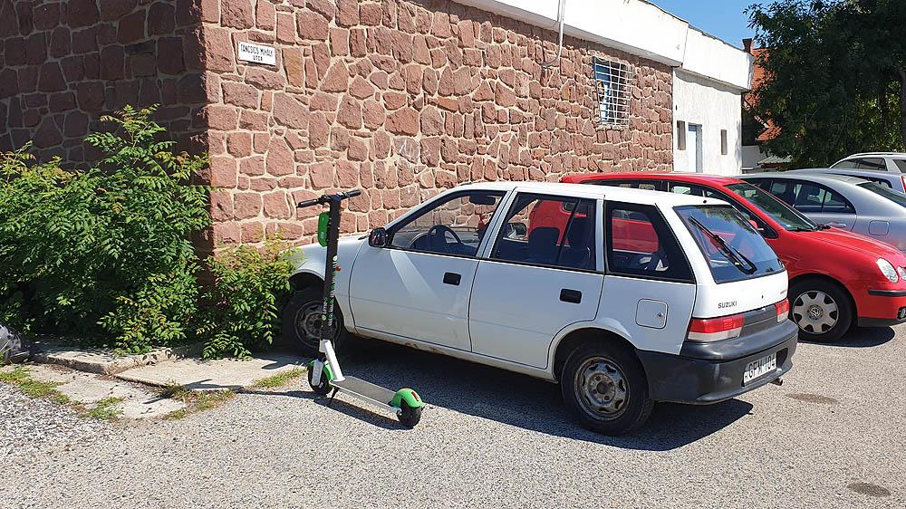 Parkolóhelyet foglaló Lime roller a Táncsics utcában Alsóörsön