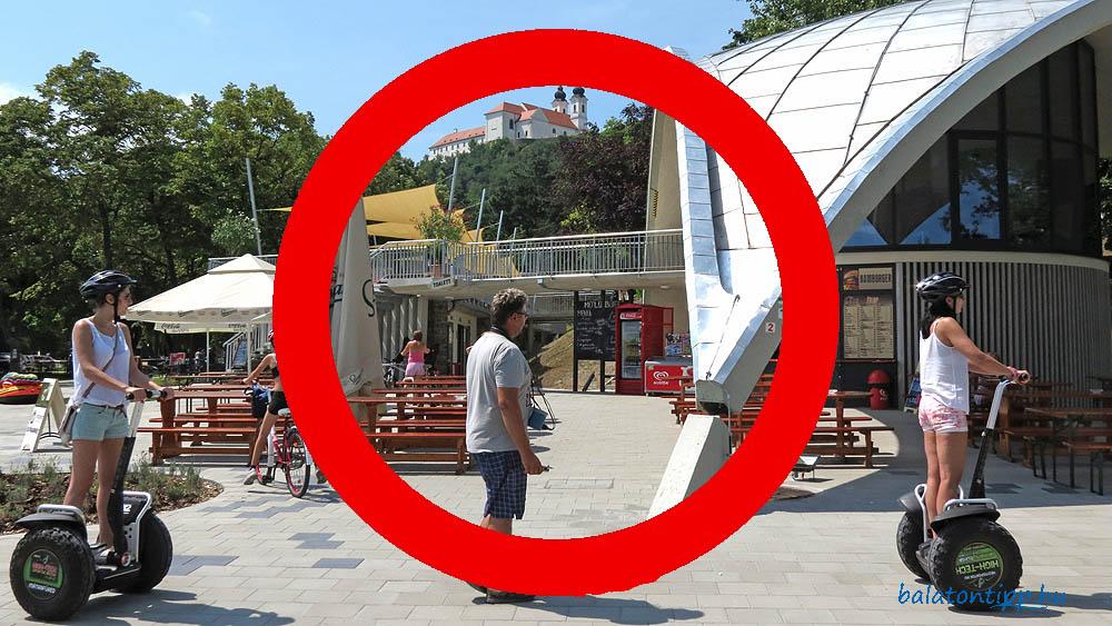 Turisták segway-jel a tihanyi hajóállomáson