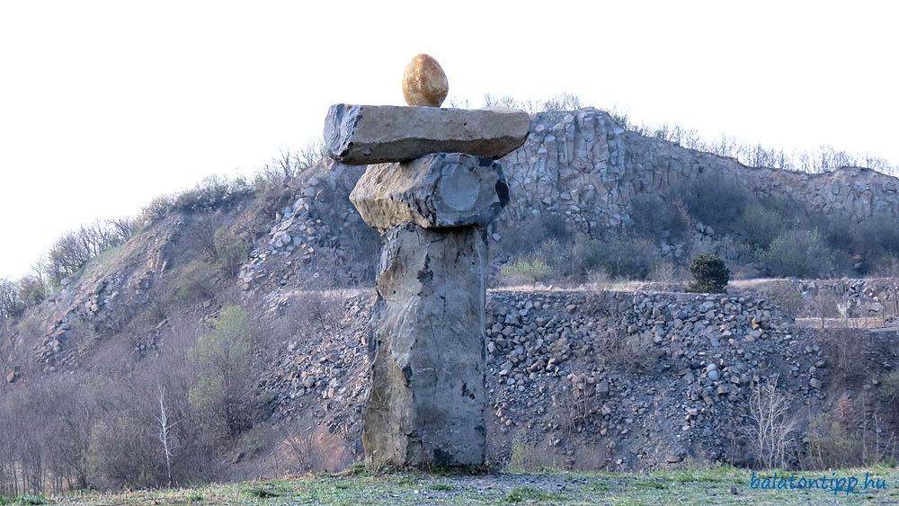 """Haláp-hegy - Az egyik szobor háttérben az """"északi csúccsal"""""""