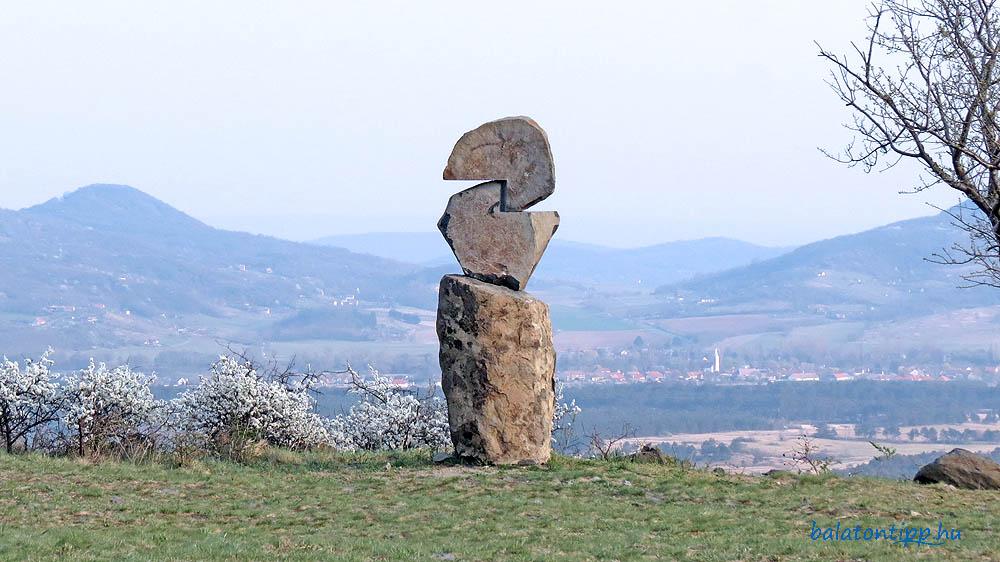 Haláp-hegy - Szobor a Láz-tetővel, a Kopasz-heggyel, Diszellel és a Csobánc szélével a háttérben