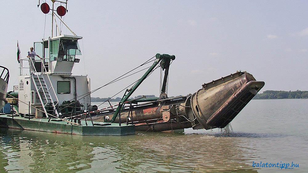 Zsuzsa, a lepelkotrásra specializált kotróhajó a Keszthelyi-öbölben 20 évvel ezelőtt - Fotó: Győrffy Árpád
